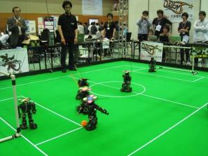 小型ロボットリーグ ヒト型の試合の様子
