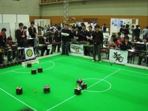 小型ロボットリーグ 車輪型の試合の様子